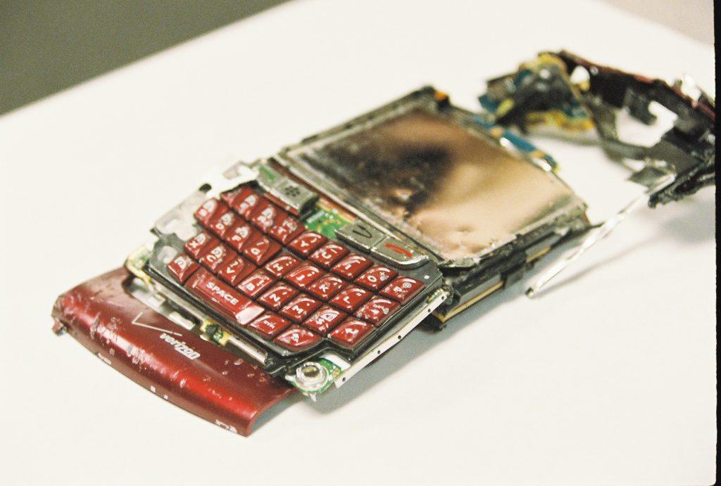 Zerstörtes Smartphone nach Aprilscherz