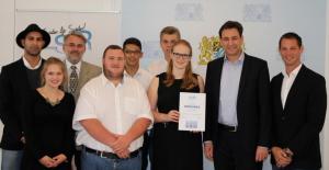 Das Bild zeigt eine Gruppe von Schülern und Lehrern. Die Aloys Fischer Schule in Bayern nahm an einem Wettbewerb teil, um Flüchtlingen zu helfen, und zwar unter dem Motto Learn Support Refugees – Schüler für Integration und Solidarität.