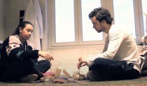 Ein Junge und ein Mädchen sitzen auf dem Boden eines Zimmers und unterhalten sich. Die Kurt-Tucholsky-Schule aus Hamburg drehte einen Kurzfilm mit dem Titel Glück ist eine Illusion.