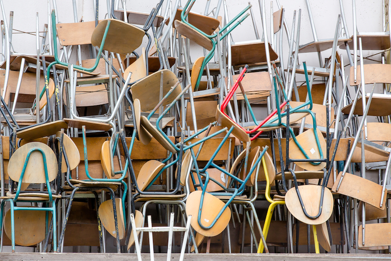 Zahlreiche Stühle aufeinander gestapelt