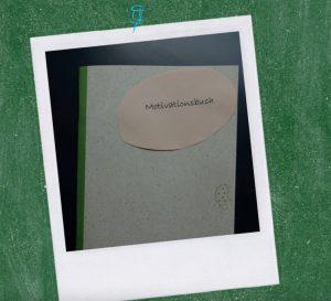 Ein Foto mit einem Motivationsbuch ist zu sehen. Life Hacks für verschiedene Situation im Unterrichtsalltag können dabei helfen, deine Arbeitsbelastung zu reduzieren.