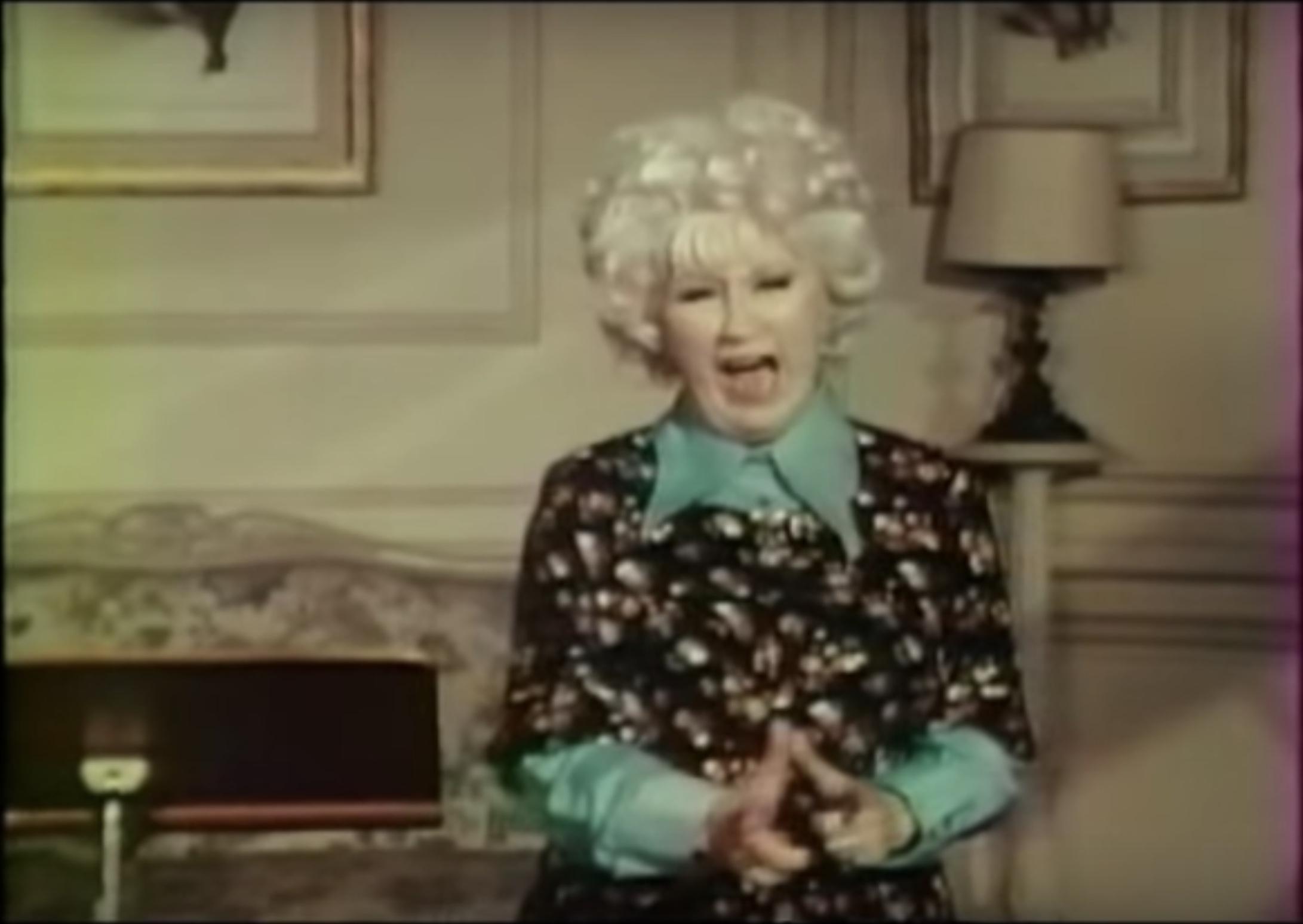 Ein Screenshot aus dem Video Stripsody von Cathy Berberian. Darin erkundet die Komponisten und Sängerin die Vielfalt der menschlichen Stimme auf eindrucksvolle Weise.