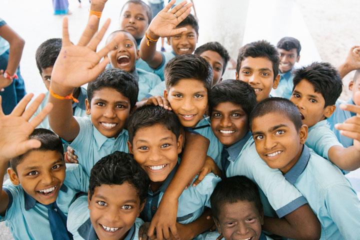 Schulkinder in der indischen Stadt Rameswaram posieren für ein Foto. Indien belegt international den Spitzenplatz, wenn es um den Ruf von Lehrkräften geht. Vieles spricht dafür, dass sozialer Aufstieg dort direkt mit Lehrerinnen und Lehrern verknüpft wird.