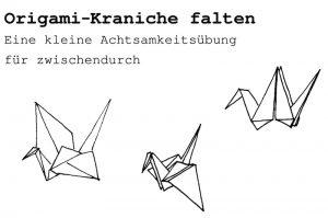 Drei Origami-Kraniche sind zu sehen. Kleine Achtsamkeitsübungen wie das Falten von Origami-Kranichen können Abwechslung in deinen Schulalltag bringen und Stress reduzieren.
