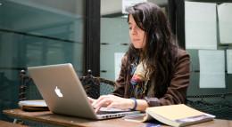 52. Studentin am Laptop